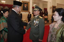President Yudhoyono congratulates General Moeldoko on his appointment as Chief of Army on 22 May.