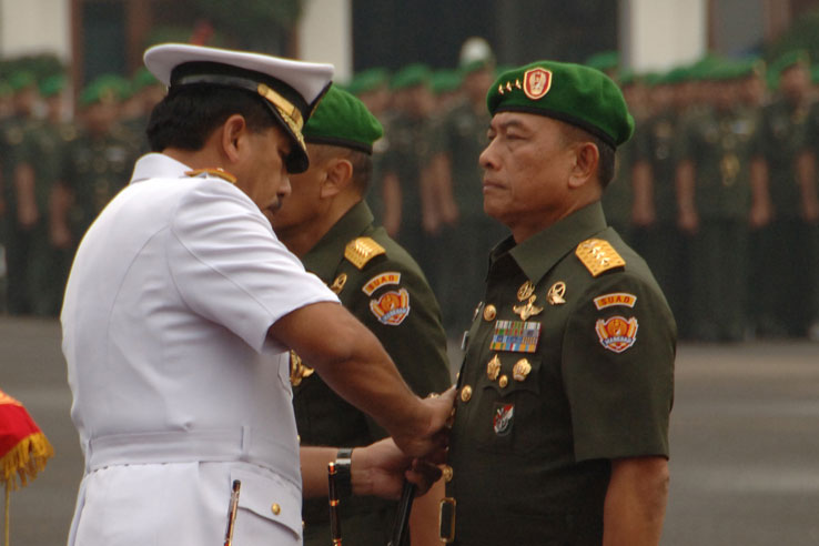 Current TNI commander, Admiral Suhartono, (left) with Lieutenant General Moeldoko (right) at the handover ceremony for Chief of Army, 23 May 2013.