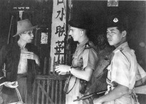23rd April 1949: Police talking to an old Malayan who may have information about the communist bandits in the area.