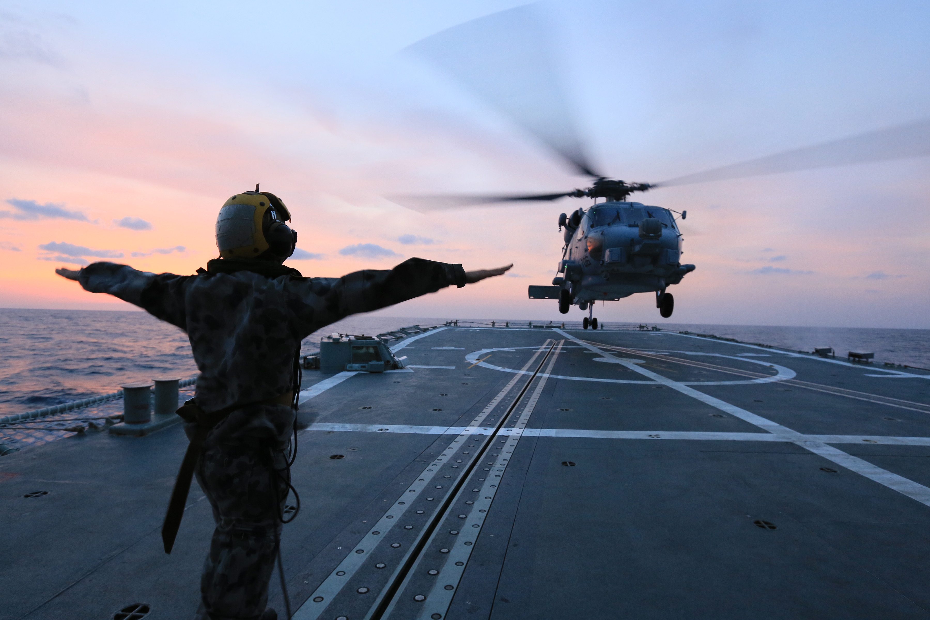 US Navy MH-60R trains With HMAS Sydney