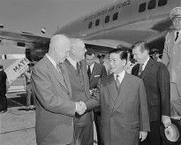 Ngô Đình Diệm, accompanied by U.S. Secretary of State John Foster Dulles, arrives at Washington National Airport in 1957. Diệm is shown shaking hands with U.S. President Dwight D. Eisenhower.