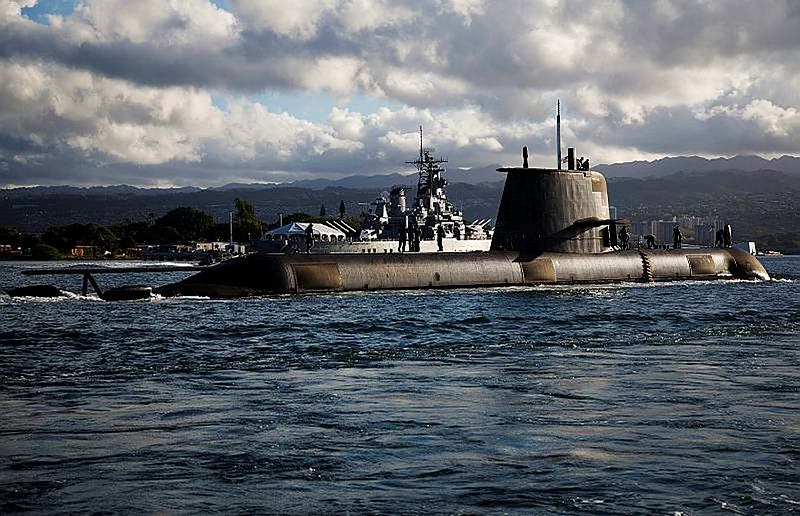 Royal Australian Navy Collins class submarine HMAS Sheean (SSG 77) passes the historic United States Navy Iowa-class battleship USS Missouri (BB-63) on her way into Pearl Harbor, Hawaii, during Exercise Rim of the Pacific (RIMPAC) 2014.