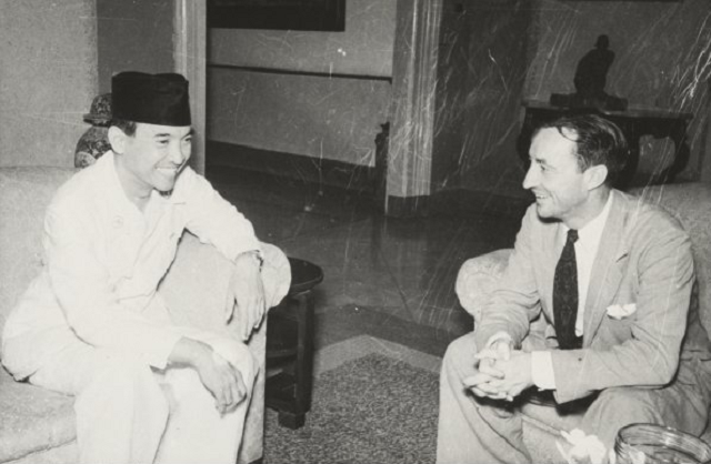 President Sukarno receiving  Tom Critchley, Australia's representative on the UN Good Offices Committee  at Yogyakarta, 7 December 1948