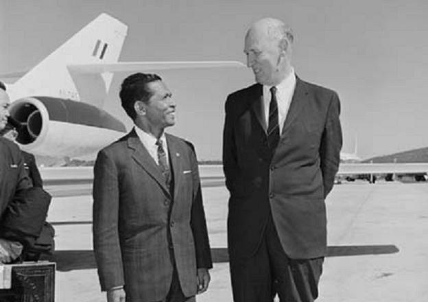 Indonesian Finance Minister arrives at Fairbairn, met by Sir James Plimsoll  in 1967