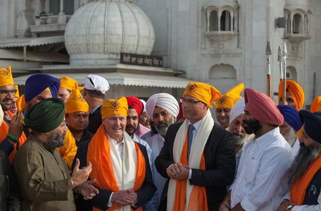Kevin Andrews visiting Gurudwara Bangla Sahib in New Delhi